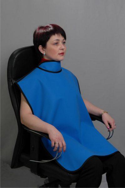 Женщина в кресле со свинцовым фартуком