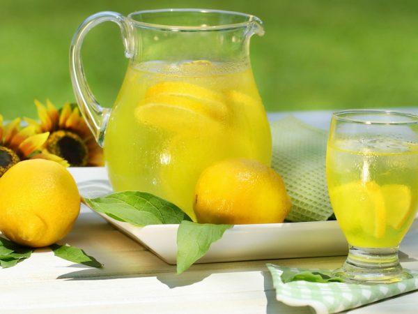 вода с дольками лимона в кувшине