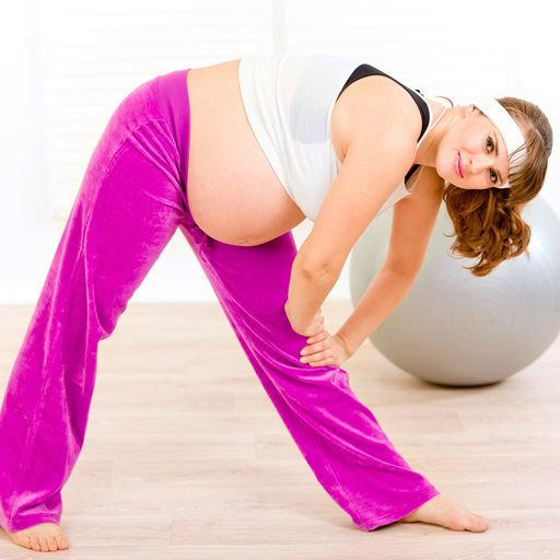 Беременная выполняет наклоны к стопам