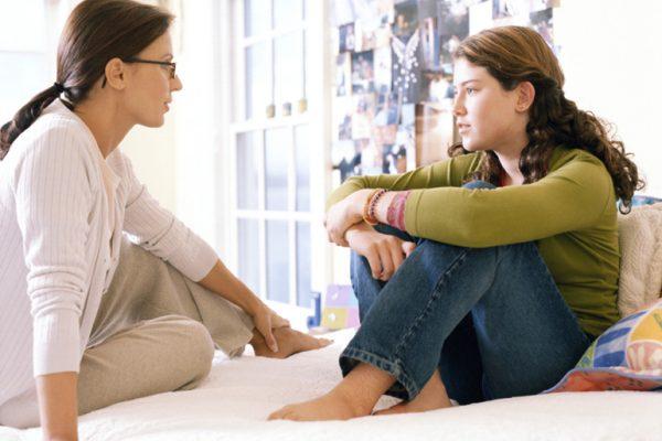 Женщина разговаривает с девочкой-подростком
