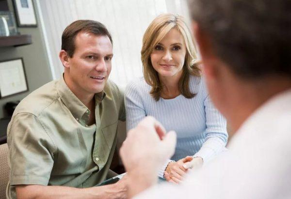 пара в кабинете слушает врача