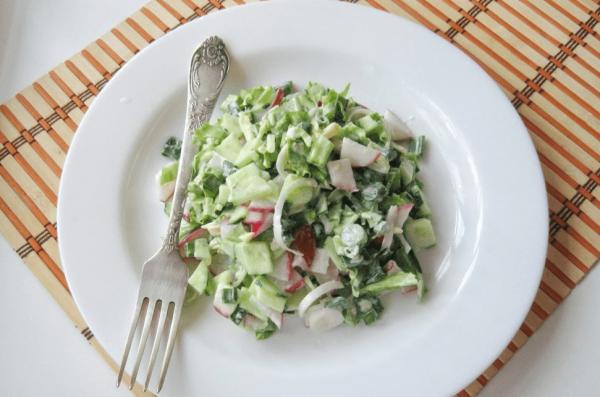 Салат с редисом в тарелке