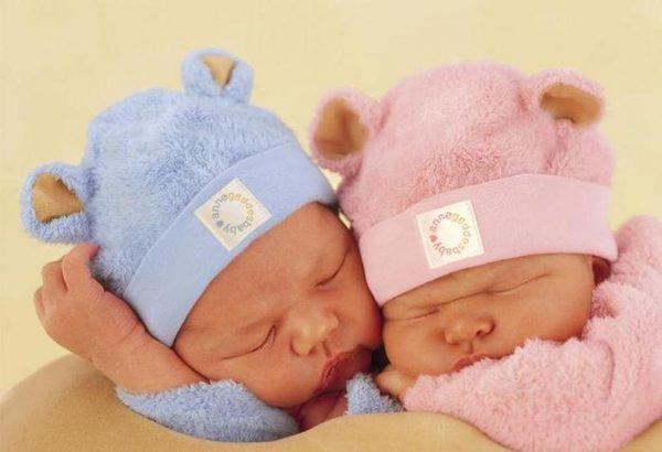 Мальчик и девочка спят
