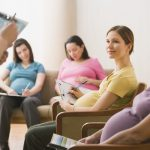 Беременные женщины сидят на тренинге