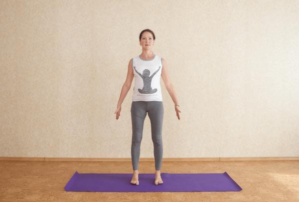 Беременная женщина стоит на полу