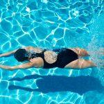 Беременная плавает в бассейне