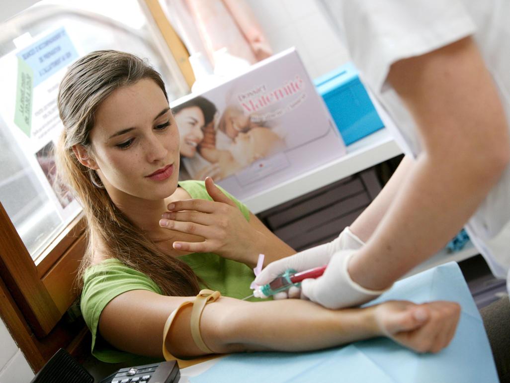 Русские медсестры берут сперму на анализы, Врачиха показывает как надо брать анализ спермы - 856 9 фотография