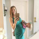 Будущая мама в 25 недель беременности фотографируется с дочкой