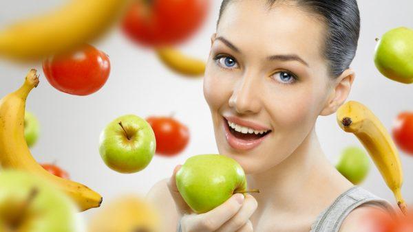 Девушка в окружении фруктов