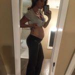 Девушка на 22-й неделе беременности фотографирует себя