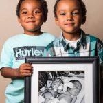 Мальчики-близнецы держат в руках фото, где они новорождённые