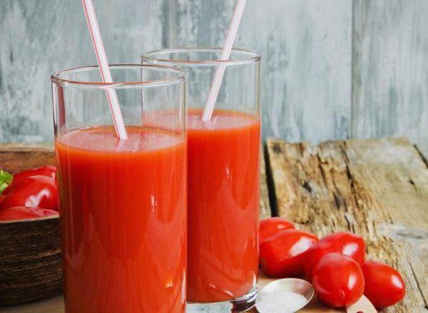 Два стеклянных стакана с томатным соком