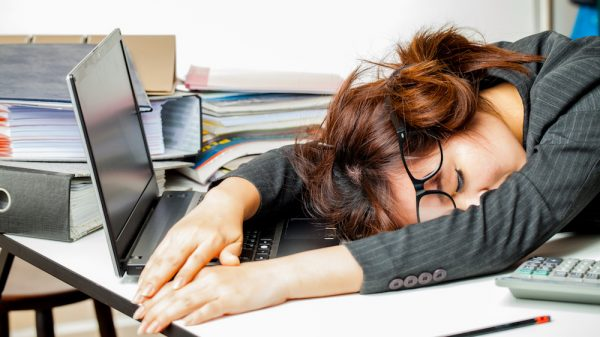 женщина спит на работе