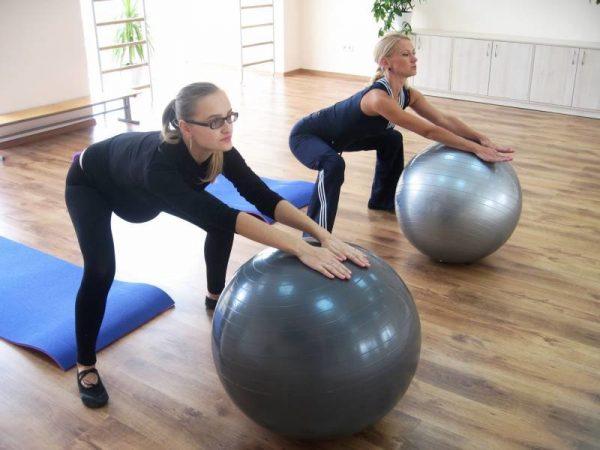 беременные делают гимнастику с фитболами