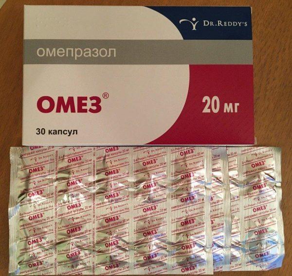 упаковка Омеза, рядом блистер с капсулами