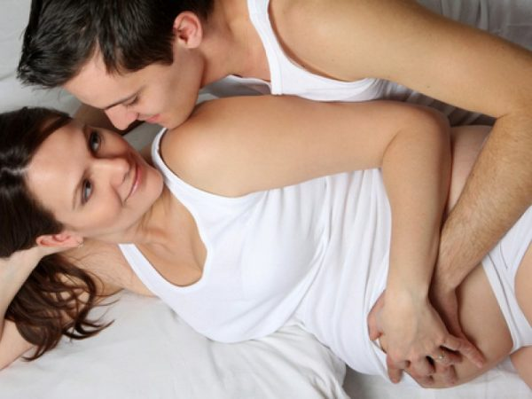 Мужчина обнимает беременную