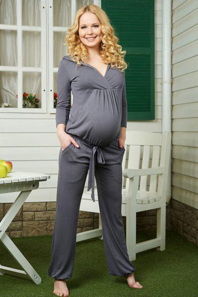 Женщина в комбинезоне для беременных