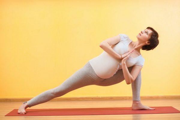 Беременная в позе йоги